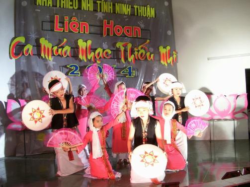 Nhóm múa thiếu nhi biểu diễn chương trình ca múa nhạc thiếu nhi ninh thuận