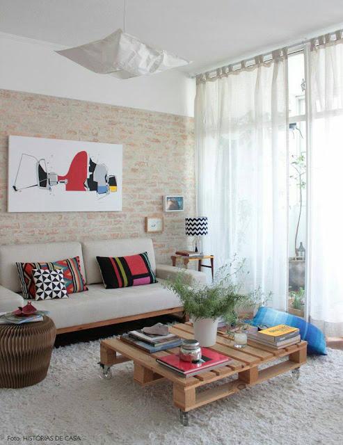 Decoração de sala de estar parede tijolinho mesa centro pallets