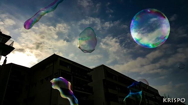 pompas de jabon subiendo al cielo