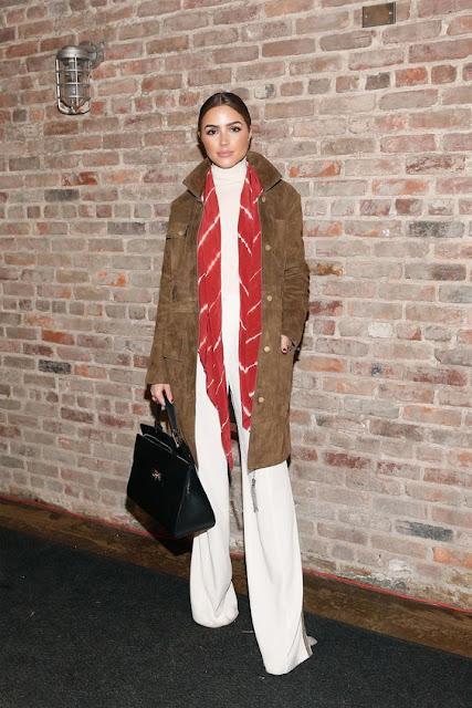 Look do dia de Olívia Culpo, street style, fashion street moda de rua calças brancas casaco camurça