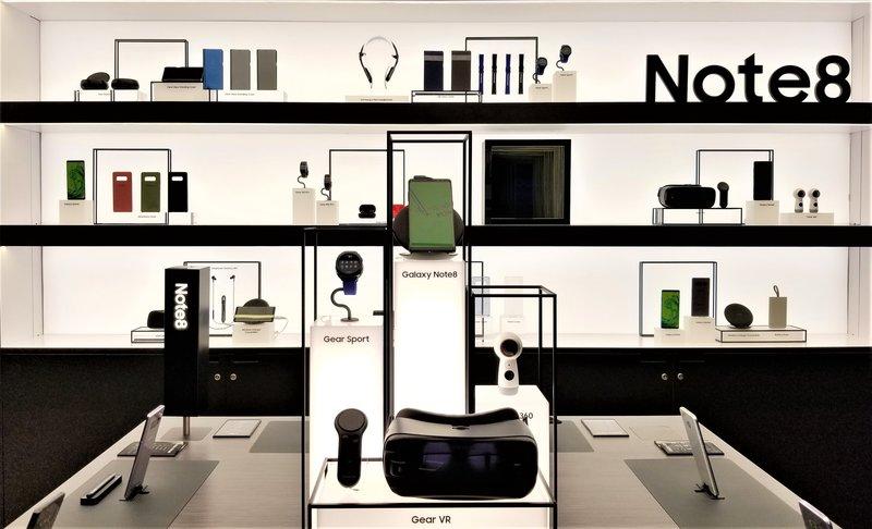 samsung-studio-pop-up-las-vegas-galaxy- 8-phone-VR-products