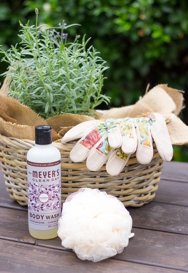 How to create a garden gift basket - the perfect hostess gift for a gardener! #gardengiftbasket #gardenergift #hostessgift #giftbasket
