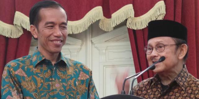 Jokowi Terima Potongan Pertama Tumpeng Ulang Tahun Habibie