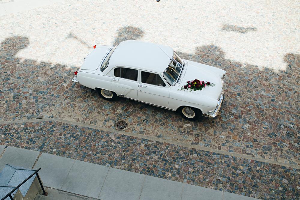 balta volga auto kāzu rotājums