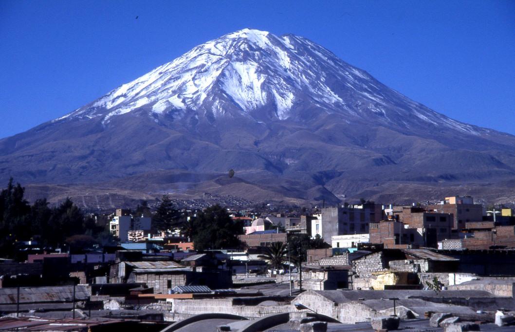 le magnifique volcan Misti domine la ville