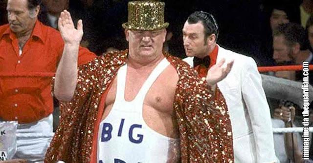 Big Daddy saluta il pubblico appena salito sul ring