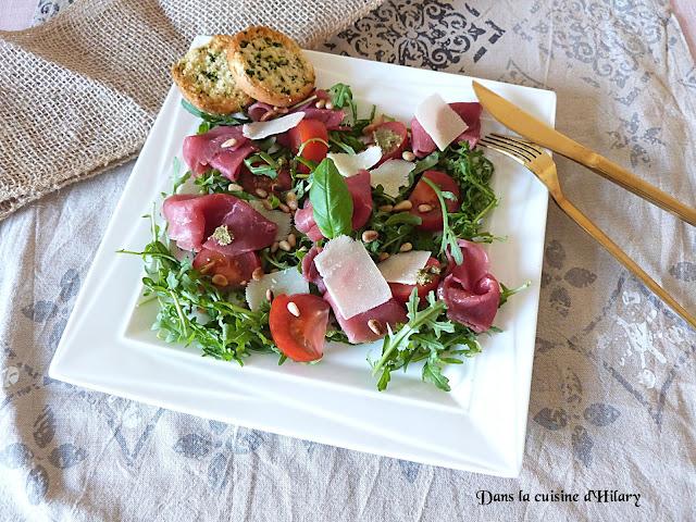 Salade savoureuse au carpaccio, roquette, parmesan, pignons et basilic - Dans la cuisine d'Hilary