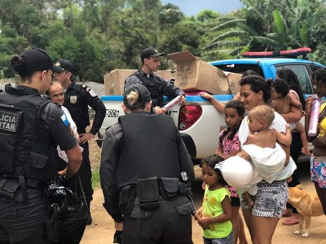 Policiais do 11º BPM distribuem brinquedos em comunidades de Nova Friburgo