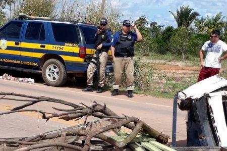 Integrantes do MAB fecham BR 364 em Jaci Paraná