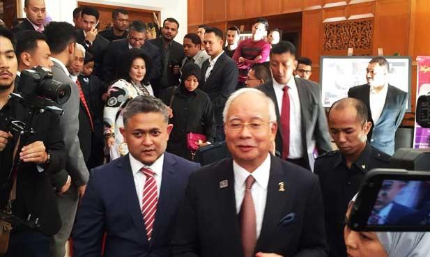 Tun Mahathir keluar UMNO, Najib Ukir Senyuman?