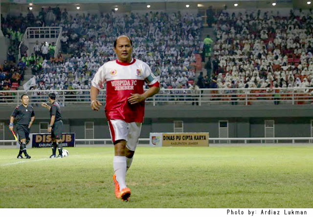 M.Z.A Djalal, Bupati Jember, sedang ada di lapangan stadion di acara launching JSG.