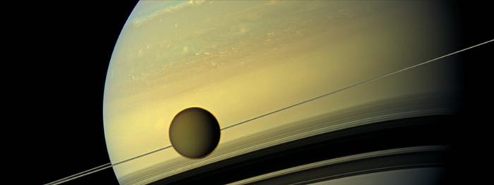 Titã está se afastando de Saturno
