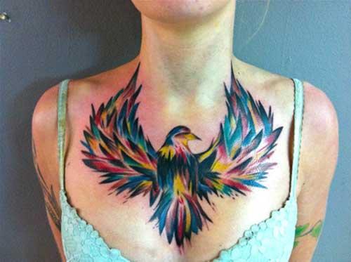 kadın göğsü renkli dişi kartal dövmesi