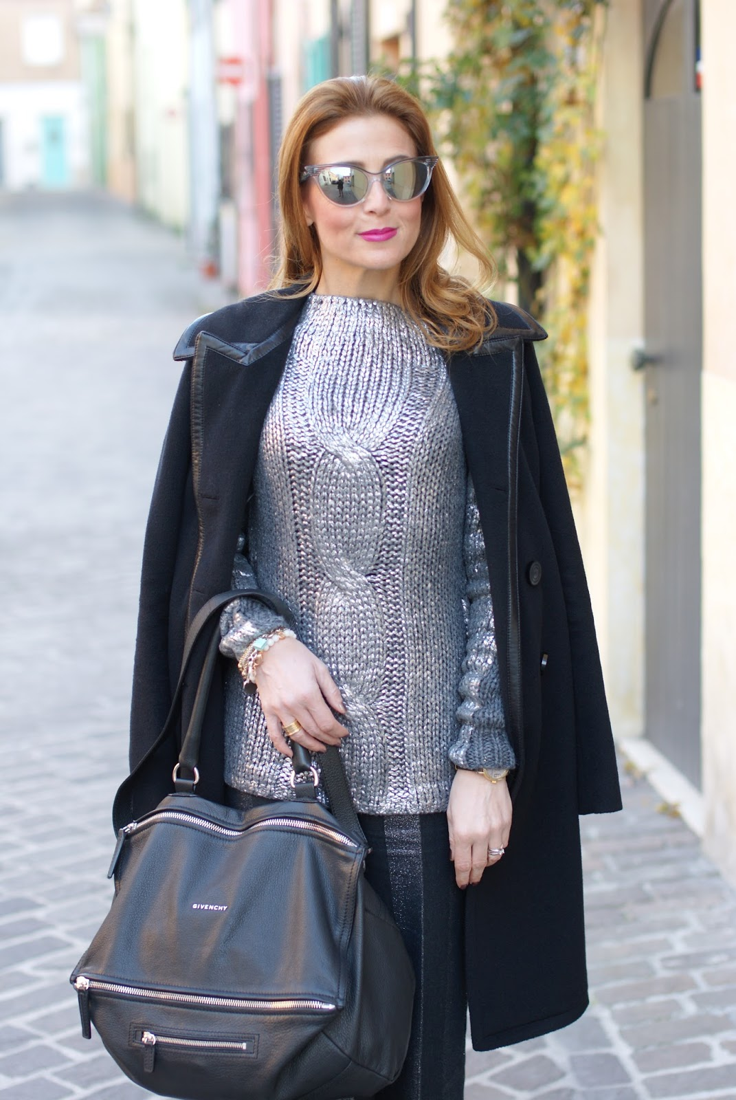 How to spice up a black outfit on Fashion and Cookies fashion blog, fashion blogger style