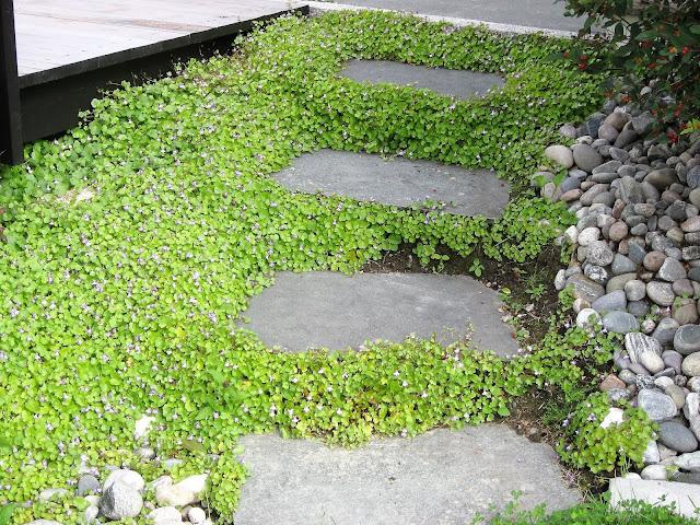 Elvestein er brukelig på flere måter i hagen - ved siden av en trapp IMG_5381 (2)-min