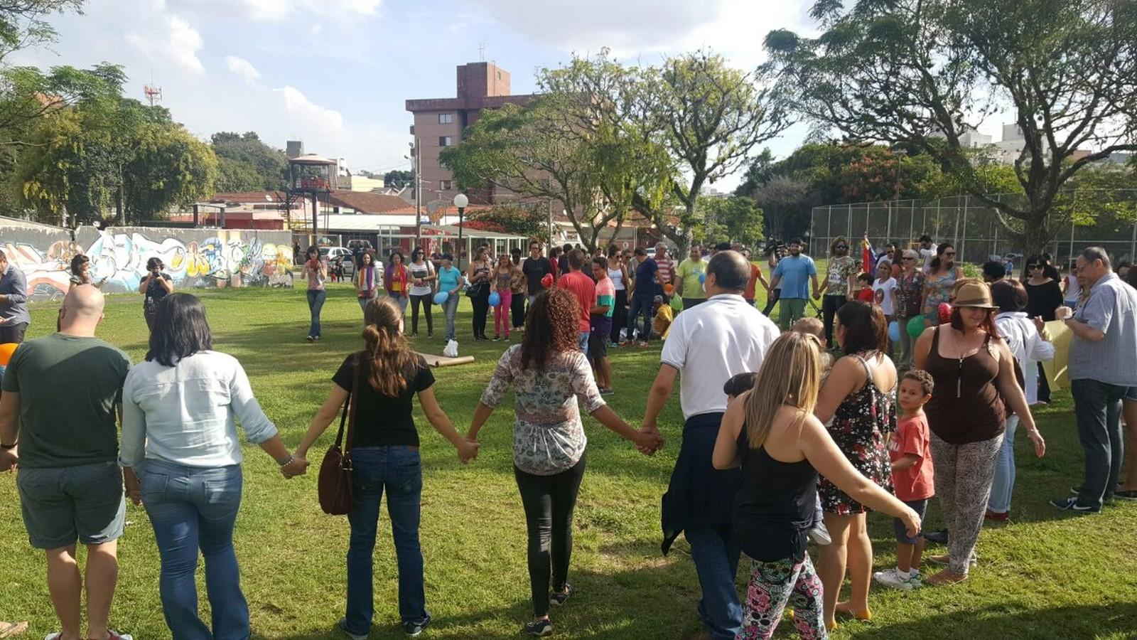 Amigos de casal vítima de homofobia realizam protesto em Curitiba