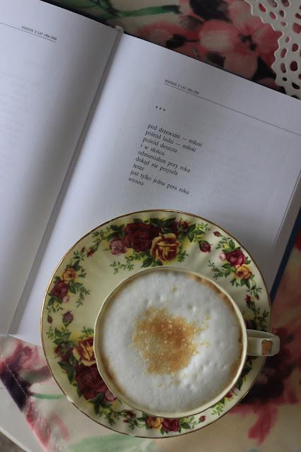 książka Halina Poświatowska Wszystkie wiersze, filiżanka w róże