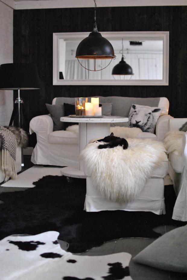 vardagsrum svart panelvägg livingroom hannashantverk.blogspot.se