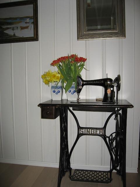 Uvanlige vaser til påskens blomster - Krukker på Singer symaskinbord