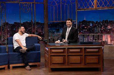 Eduardo e o apresentador (Crédito: Lourival Ribeiro/SBT)