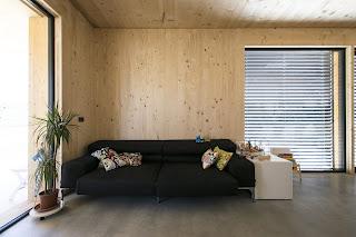 ingresso casa con legno a vista