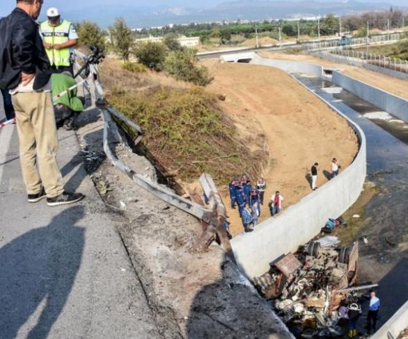 مقتل 19 شخصا، في حادث انقلاب حافلة مهاجرين في تركيا.
