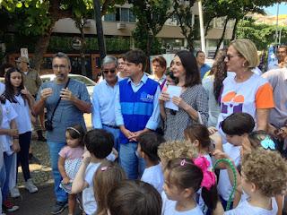 Crianças fazendo replantio de arvores em Ipanema