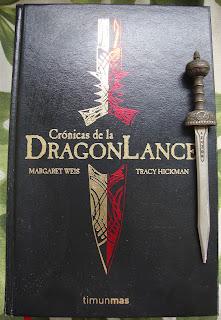 Portada del la edición ómnibus de las Crónicas de la Dragonlance, de Margaret Weis y Tracy Hickman