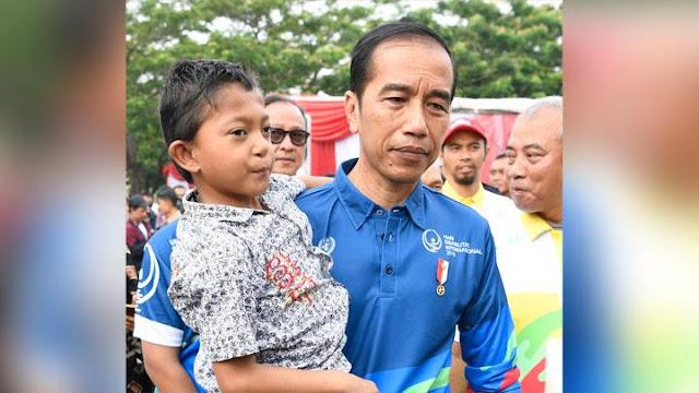 Jokowi Gendong Anak Difabel di Hari Penyandang Disabilitas