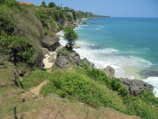 Pura Tegal Wangi Bali is perched atop the high cliff as well as overlooking the bluish bounding main BeachesinBali: Pura Segara Tegalwangi - Sacred Temple as well as Magnificent View!