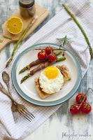 Sznycle z indyka z jajkiem na miękko i szparagami w szynce