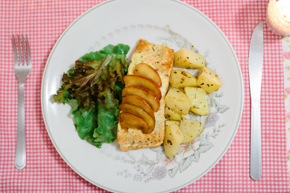 Foto do prato de Salmão grelhado acompanhado de batatas e molho de iogurte e ervas finas