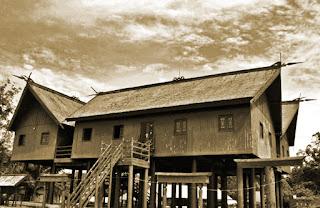 Keunikan-Rumah-Adat-Tradisional-Betang-Suku-Dayak-Kalimantan-Tengah