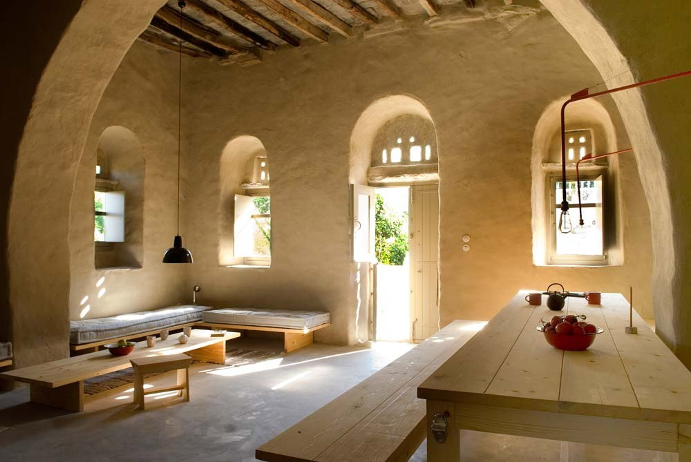 Una tradizionale casa di pietra ristrutturata a tinos for Case antiche ristrutturate