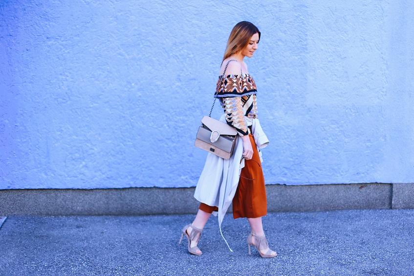 off-shoulder-bluse-hm-culotte-marsala-trenchcoat-highheels-fransen-fashionblog-streetstyle-whoismocca-4