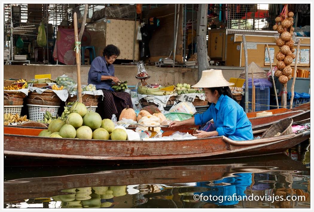 Mercado flotante de Damoen Saduak cerca de Bangkok en Tailandia