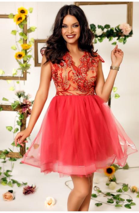 rochie eleganta de seara cu fusta confectionata din tul si bustul din broderie rosie si argintie, cu motive florale, banda in talie, decolteul in V