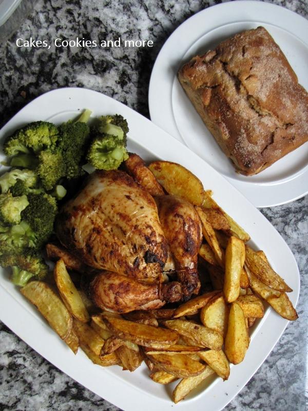 Dinner aus dem Ofen mit Broccoli, Kartoffeln, Brathähnchen und Apfelkuchen
