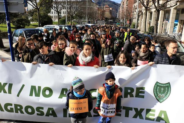 Manifestación de familias y trabajadores del colegio La Milagrosa de Barakaldo