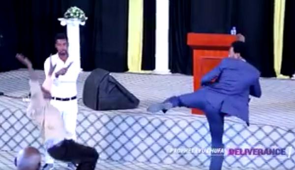 Insolite: ce pasteur chasse les démons avec des coups de pieds pour délivrer ses adeptes (Vidéo)