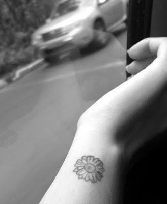 mini tatuagem margarida inspiração