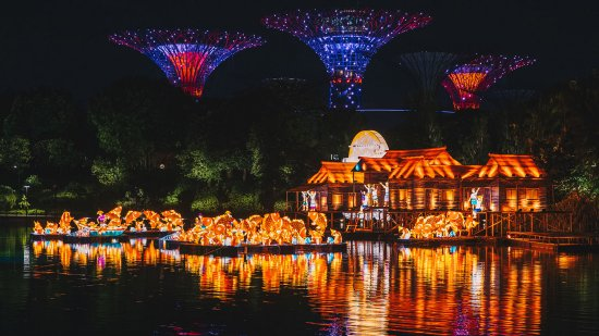 a much anticipated event in the gardens calendar mid autumn gardens by the bay draws visitors with its large scale lantern displays and myriad