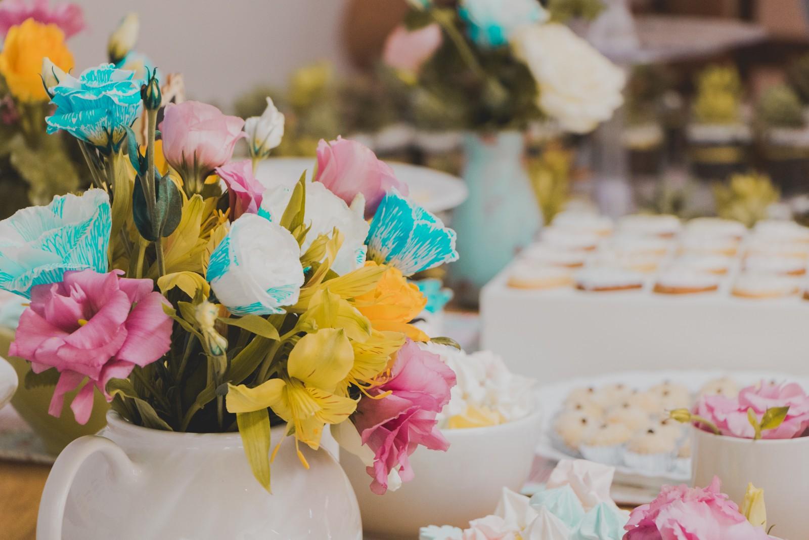 chaleira com flores na decoração