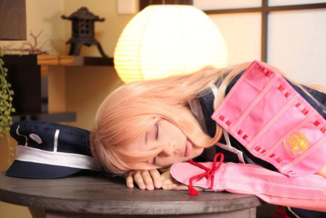 Dziewczyna z anime śpiąca przy stoliku
