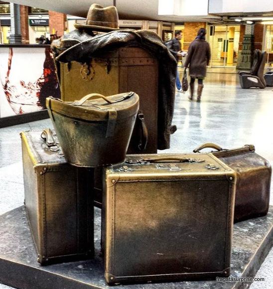 Estação de Atocha, em Madri, escultura em homenagem aos viajantes