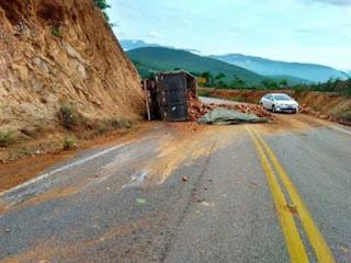 Caminhão carregado de blocos tomba