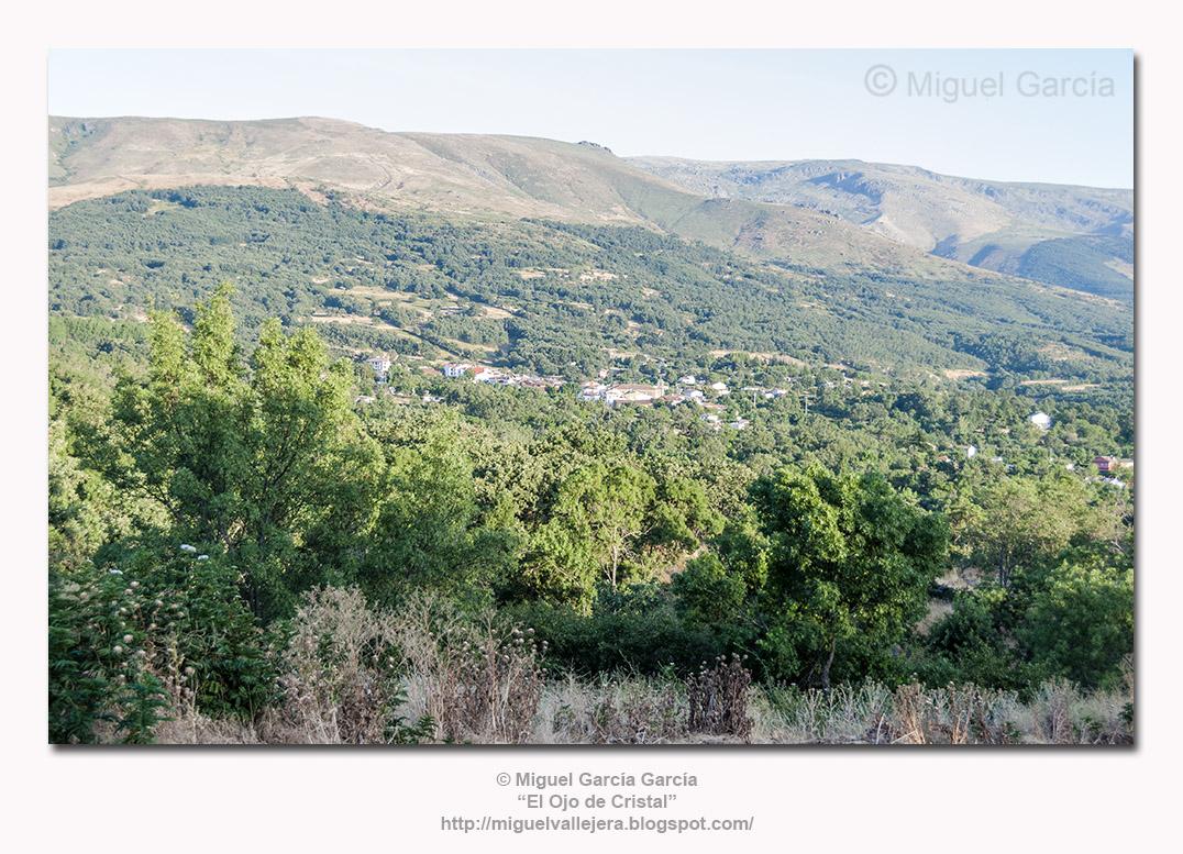 Sierra de Béjar y Navacarros desde la C/. de la Cuesta, sobre el Regato Fresnedas, en Vallejera de Riofrío (Salamanca)