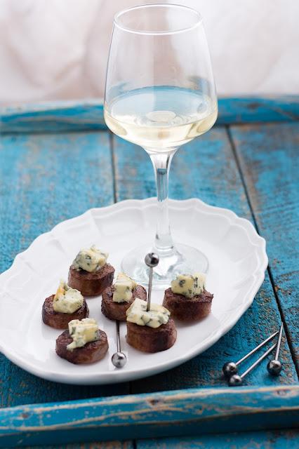 Assiette pour l'apéritif de saucisses au bleu d'Auvergne
