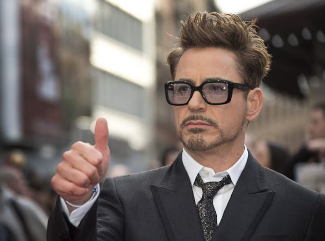 Robert Downey Jr. se burla de una armadura de Iron Man