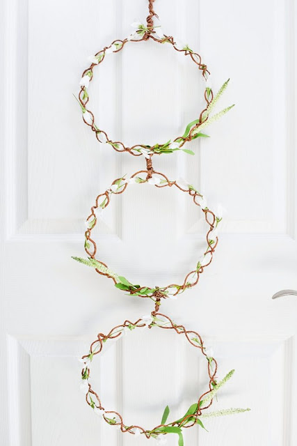 https://www.pastelsandmacarons.com/2017/05/08/farmhouse-door-wreath/